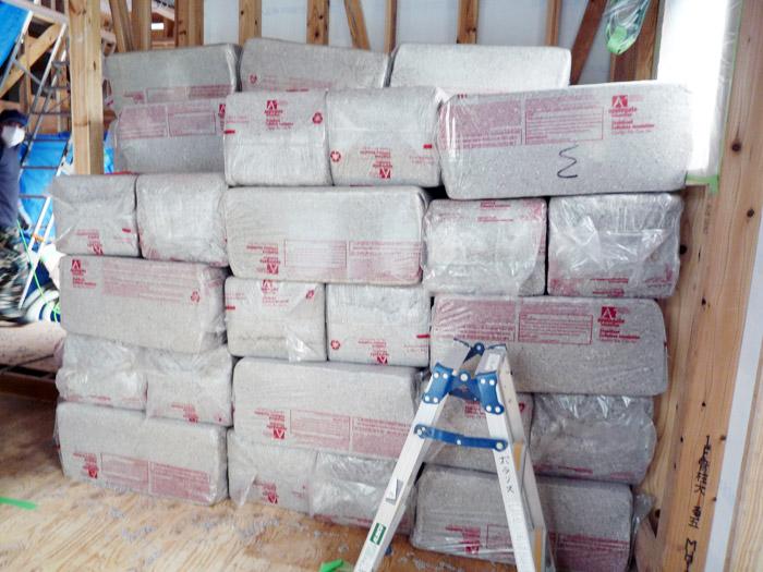2ヤマックスの家-断熱材セルローズファイバー施工.jpg