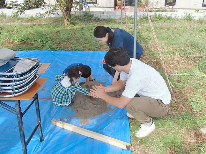 ヤマックス炭の家地鎮祭子供砂遊び