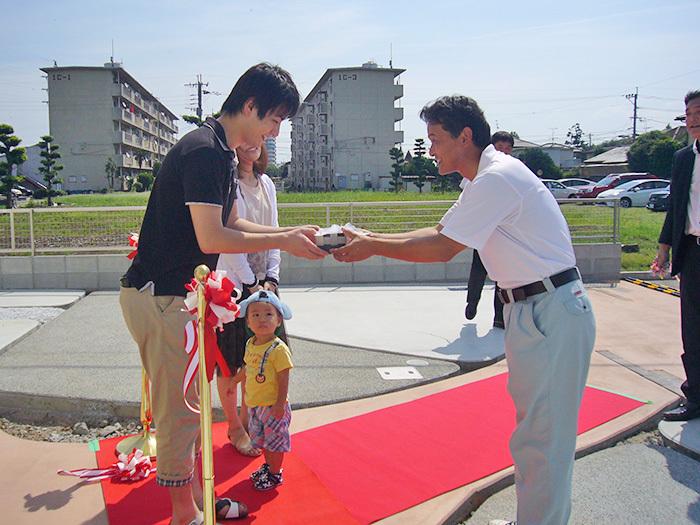 ヤマックス炭の家新築引き渡し式熊本市北区武蔵ケ丘F様邸4鍵の贈呈.jpg