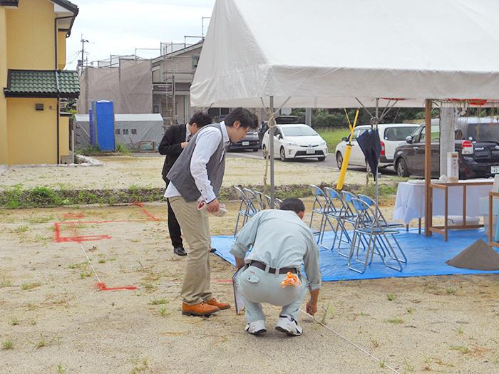熊本市東区小山U様邸地鎮祭2その間にU様は配置の説明をご確認